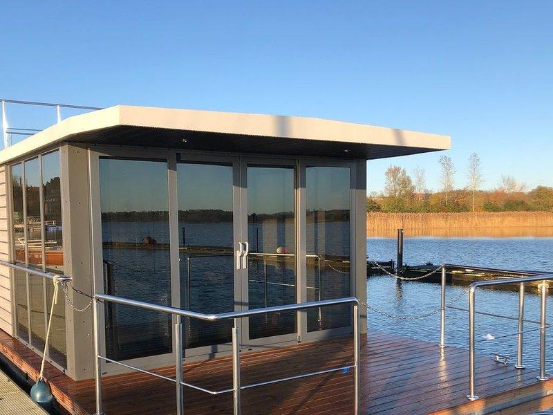 Hausboot Fjord Aquila mit Dachterrasse, holiday rental in Wendtorf