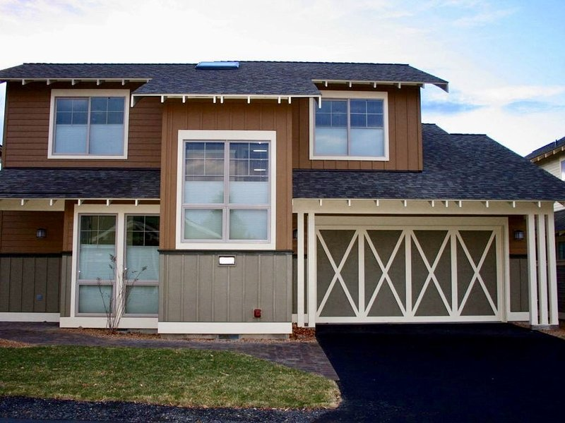 Beautiful 2017 built home in Eagle Crest with fabulous amenities & guest passes, holiday rental in Redmond