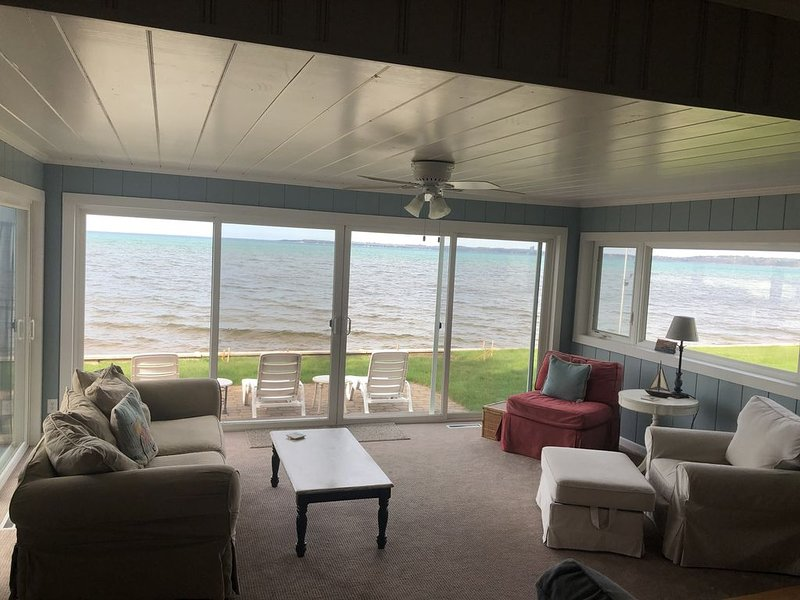 Located directly on East Grand Traverse Bay, alquiler de vacaciones en Grand Traverse County