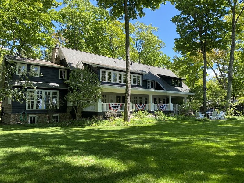 Cozy Lodge with outdoor fire pit and two indoor fireplaces, sleeps 12, location de vacances à Harbor Springs