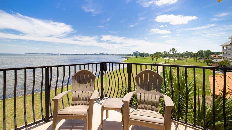 Stunning Bay and Golf Course View! Walk to Pool, Beach Tram, Porch & Balcony., casa vacanza a Sandestin