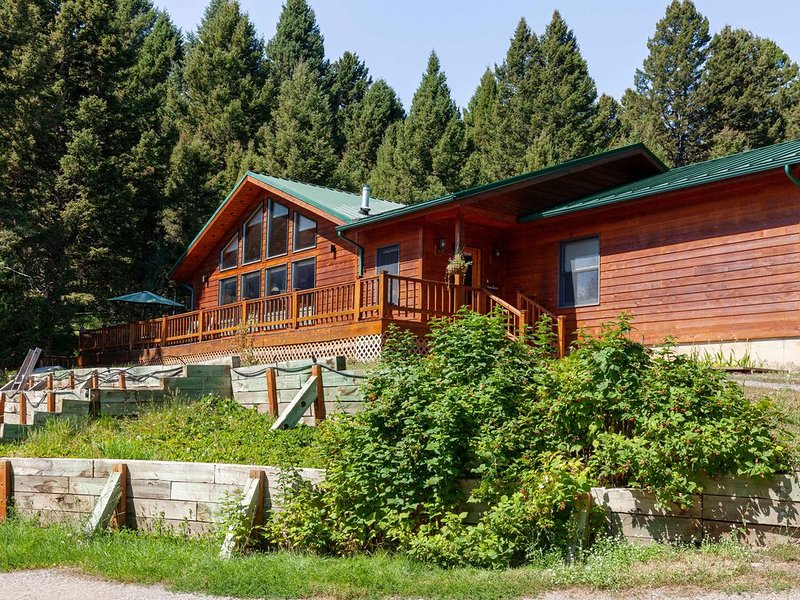 Secluded house on Hyalite creek  near the North Entrance to Yellowstone Park., casa vacanza a Emigrant