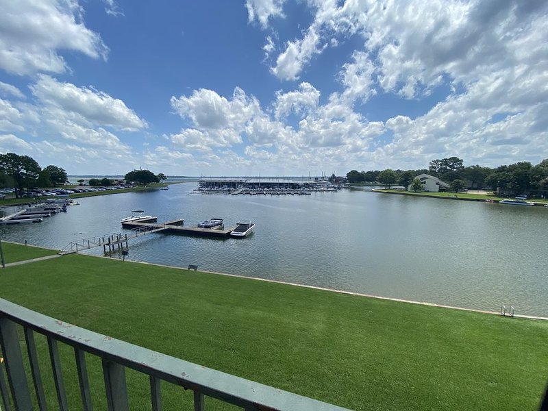 �BEAUTIFUL LAKEFRONT OASIS (w/elevator!), holiday rental in Montgomery