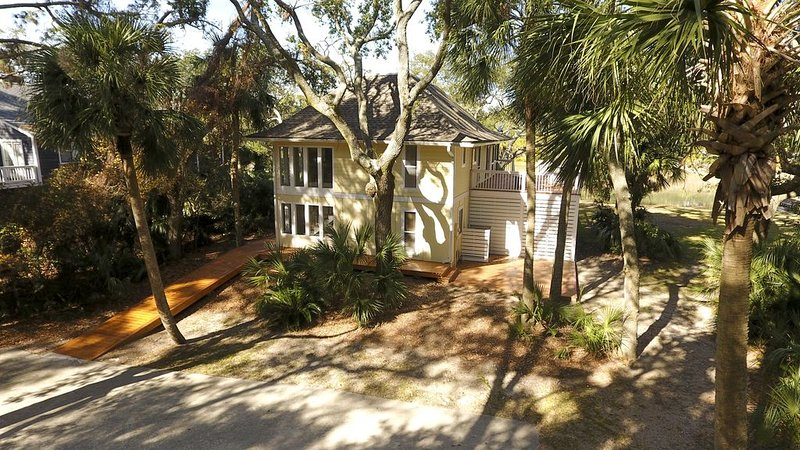Gorgeous Canal Home - Fantastic Central Location - just steps to the best Beach, holiday rental in Saint Helena Island