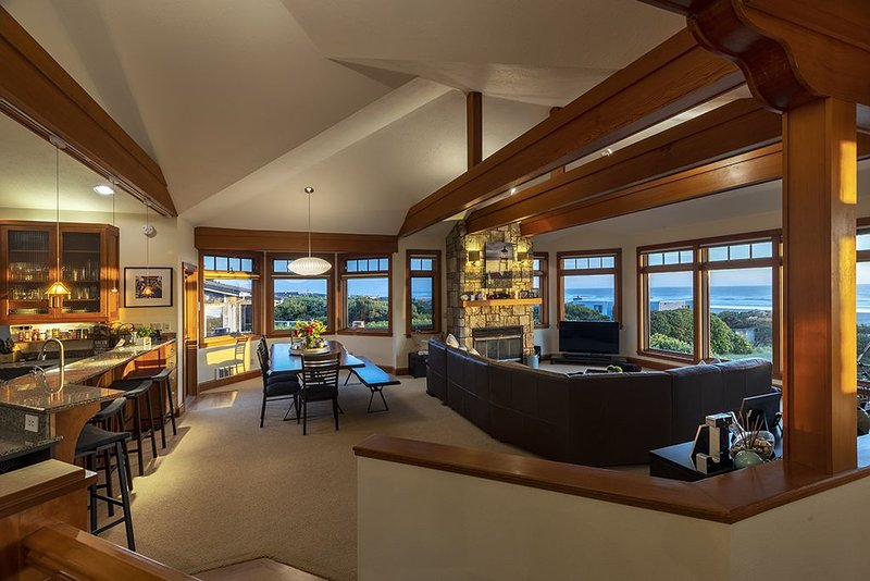 Family Friendly Waldport Beach Home with Panoramic Ocean Views, vacation rental in Waldport