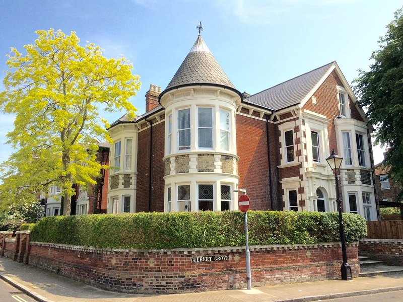 Large Victorian Villa in Southsea - 6 Bed - 14 Guests, holiday rental in Portsmouth