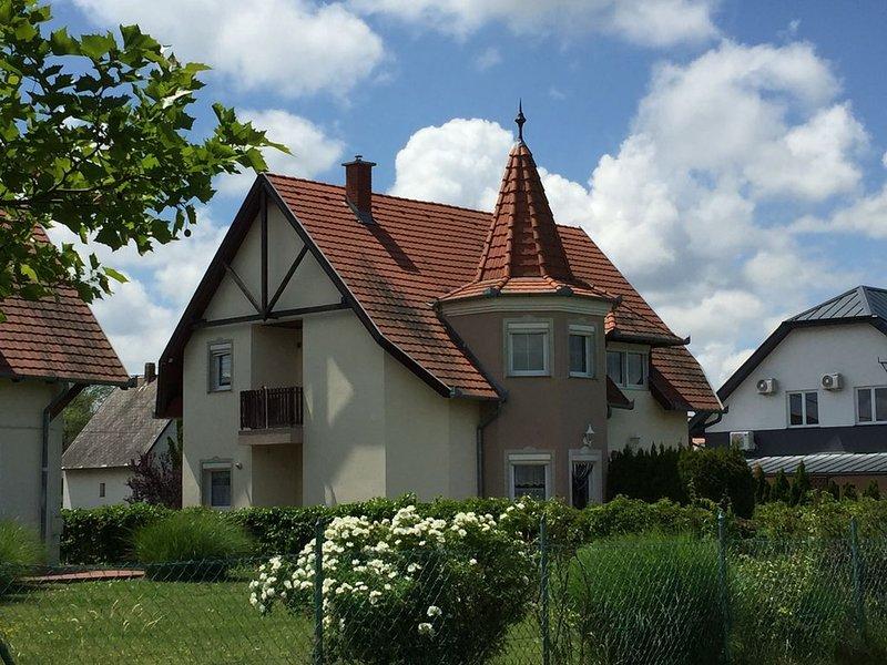 Poldis Villa nur 50 m zum See   (DHH Maria), alquiler de vacaciones en Balatonederics