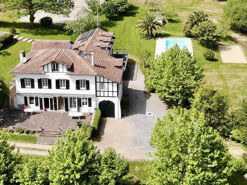 Domaine Familial arboré au bord de l'eau - 2 Maisons 22 Pers. (Piscine+Tennis), vacation rental in Bayonne
