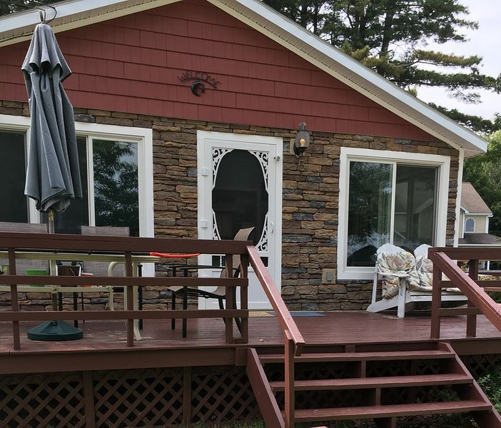 Lake Champlain Waterfront, Beach, Quiet Private Road, holiday rental in Grand Isle