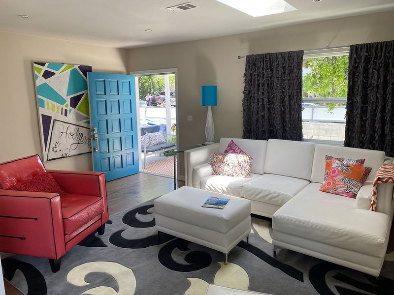 ⭐️⭐️⭐️⭐️⭐️Chic & Modern 2 bedroom / 2 bath front house w parking  $265 p nt�, alquiler de vacaciones en West Hollywood