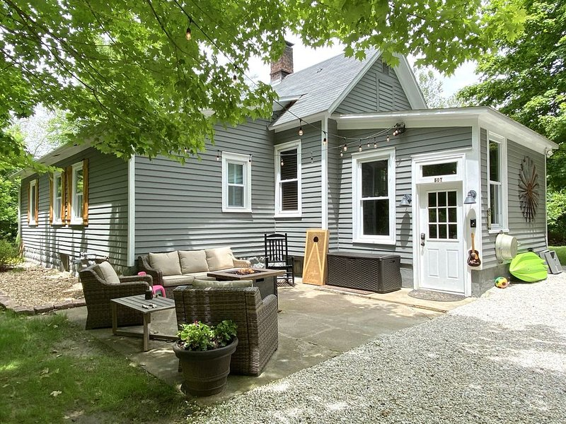 Grafton Getaway-Farmhouse on 2 wooded acres 1/2 mile from Main Street, holiday rental in Alton