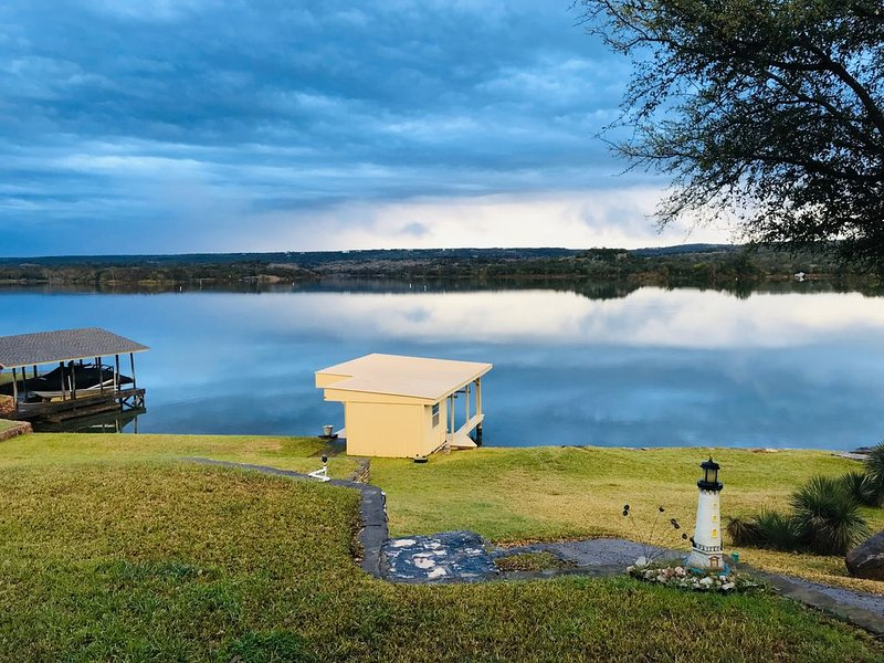 Lake Front property on Inks Lake with beautiful lake views /dock/swimming area., vacation rental in Buchanan Dam