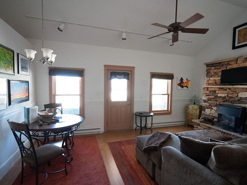 Cozy Ravens 'Nest', Perfect View Porch on Main in town! Walk to all events!, holiday rental in Silver Cliff