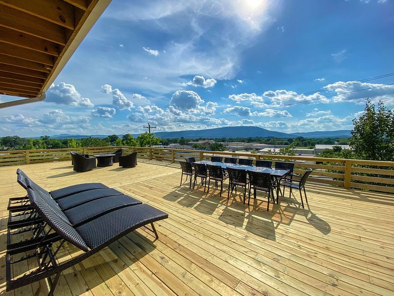 A Modern & homey farmhouse minutes from downtown Chattanooga with a view, holiday rental in Rossville