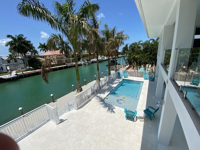 Canal front, New Luxury home with private pool! Wifi, alquiler de vacaciones en Key Colony Beach