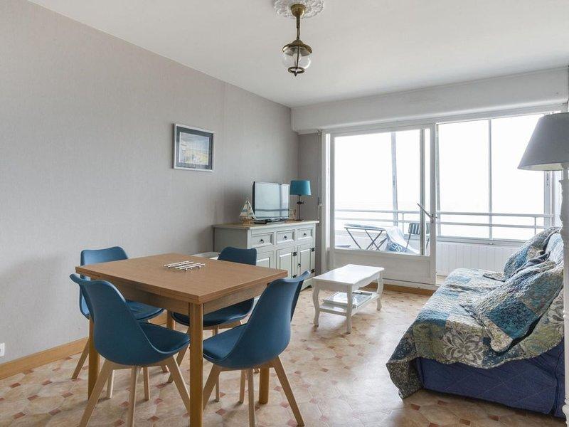 Charming Apartment in Courseulles sur Mer near Seabeach, location de vacances à Courseulles-sur-Mer