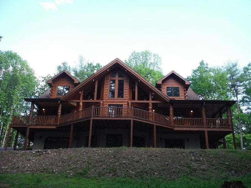 Luxury Log Cabin on private, 25 acre wooded lot - minutes from Raystown Lake, holiday rental in Saxton