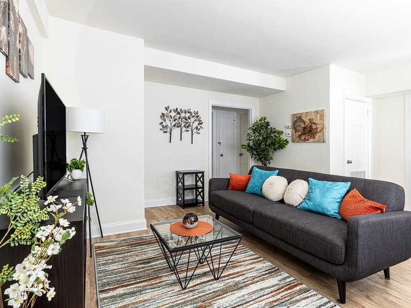 Work & Play - Museum District 2 Bedroom Apartment, holiday rental in Highland Springs