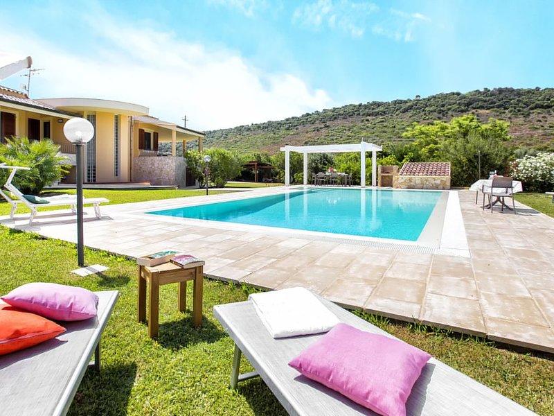 Villa Laura Alghero - indipendente con esclusiva piscina a sfioro12x6 Free WiFi, location de vacances à Alghero