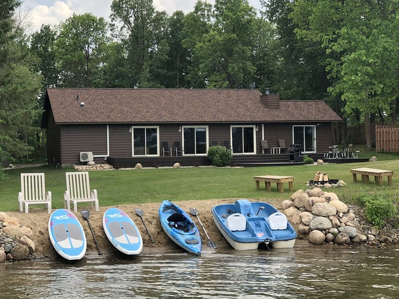 Cabin on Big Sand Lake - 4 Bedroom, 2 Bath, Sandy Beach, Secluded, Modern, casa vacanza a Park Rapids