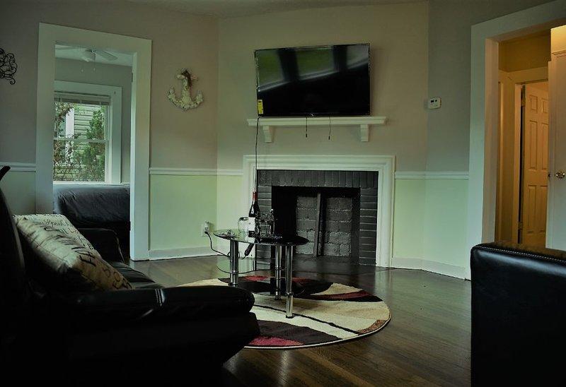 ♕King ☪ Full bed 《 4k TV Netflix 》Washer Dryer, holiday rental in Marietta