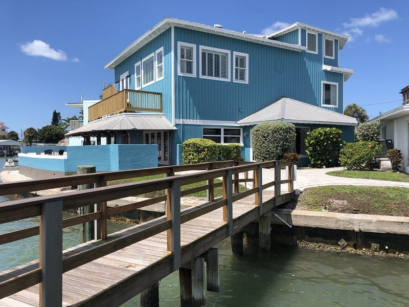 5/4.5 Waterfront Beach House on Clearwater Beach Sleeps 15+, vacation rental in Clearwater