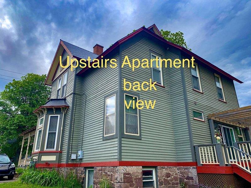 South side Mqt Lake View  Quaint Upstairs 1 Br Apt Tv Wifi  1896 Victorian Home, alquiler de vacaciones en Marquette