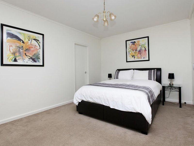 Quiet and private spacious 1 bedroom in prestigious Hawthorn street, holiday rental in Balwyn
