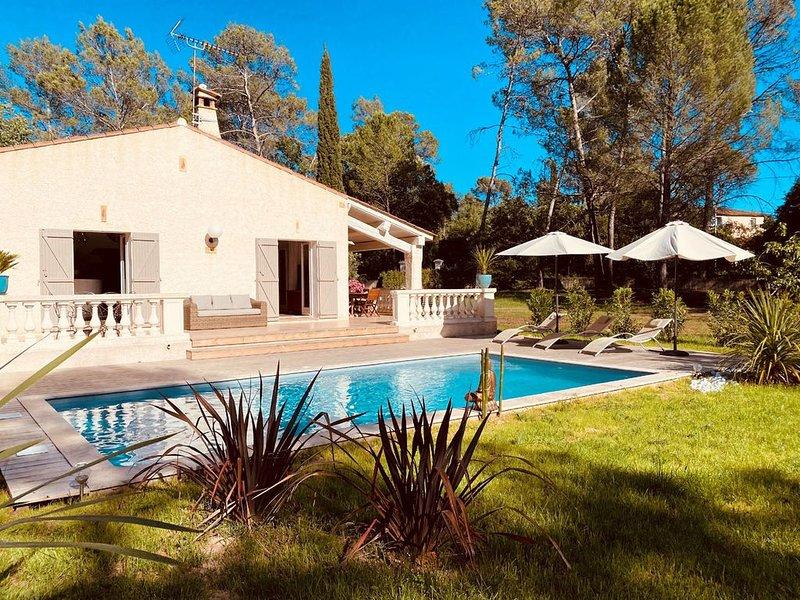 Maison de pays 130m2  avec pisine pour 6 personnes . Très belles prestations, alquiler de vacaciones en Lorgues