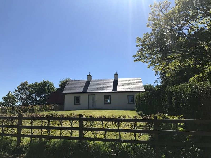 Beautiful Restored Cottage in East Mayo with  4* Irish Tourist Authority Award – semesterbostad i County Mayo