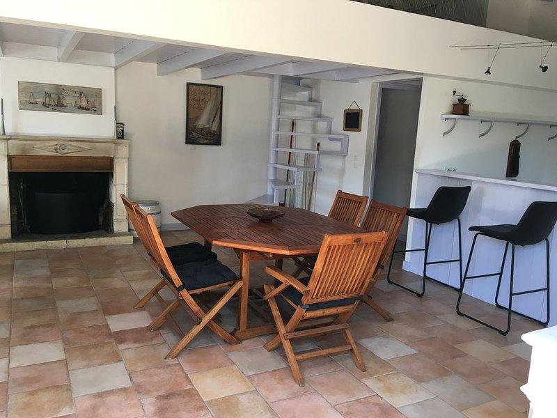 loft 70m2 pour 5 personnes avec piscine chauffée, centre village, holiday rental in Ile de Re