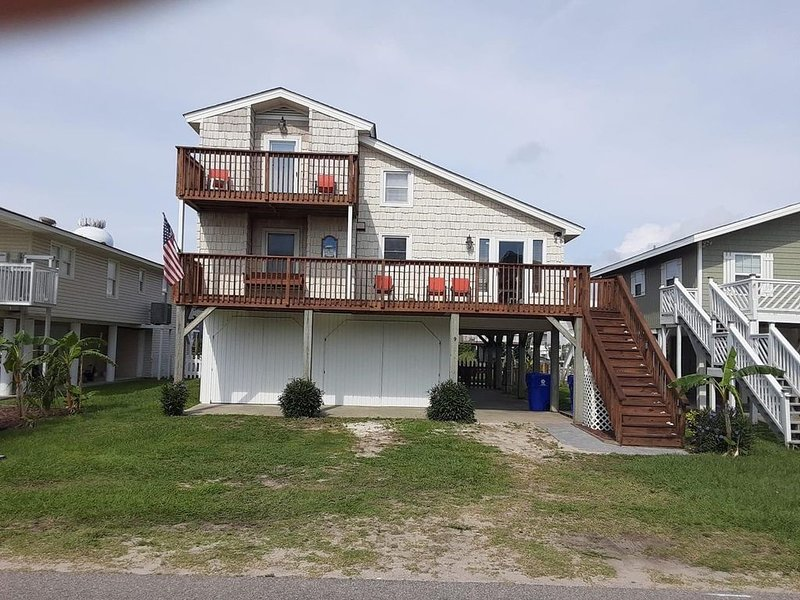 NEWLY RENOVATED 2017 CANAL HOME ONLY 2 BLOCKS WALKING DISTANCE TO THE BEACH!, vacation rental in Brunswick