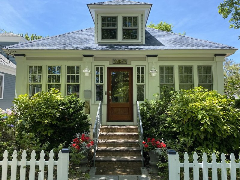 Historic Elegantly Modernized Home, Walk to Beach, Shops & Dining, Sleeps 10, vacation rental in Cape May