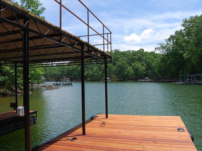**NEW LISTING** New Lakefront Home on Lake Lanier w/ Dock, location de vacances à Gillsville