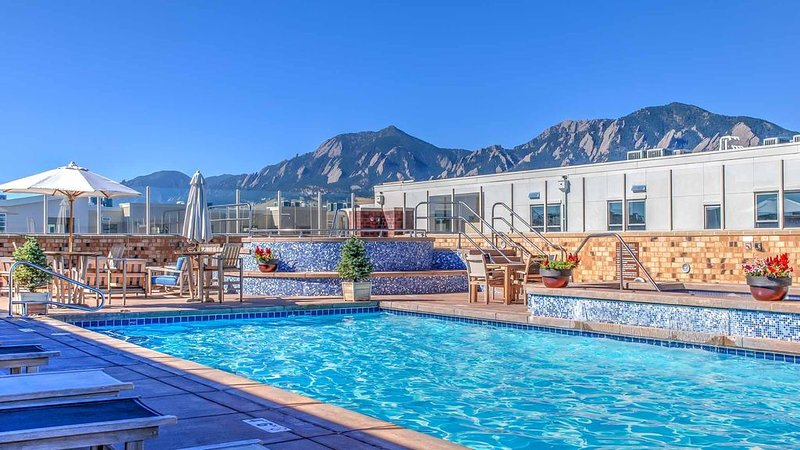 Rooftop Pool, Mountain Views! New Exec Rental * The Upscale Peloton West, holiday rental in Eldorado Springs