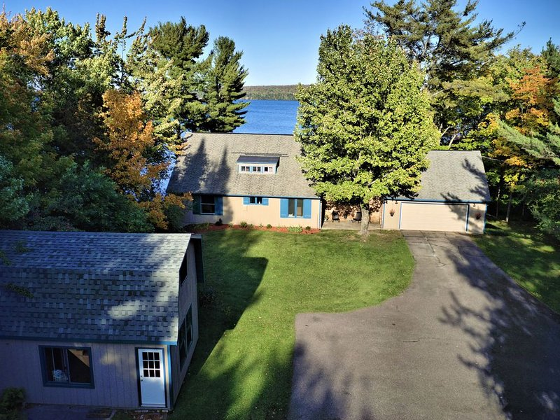 The Point & Cottage:  Large Lake Superior Home Complete With Private Boat Dock, Ferienwohnung in Shingleton