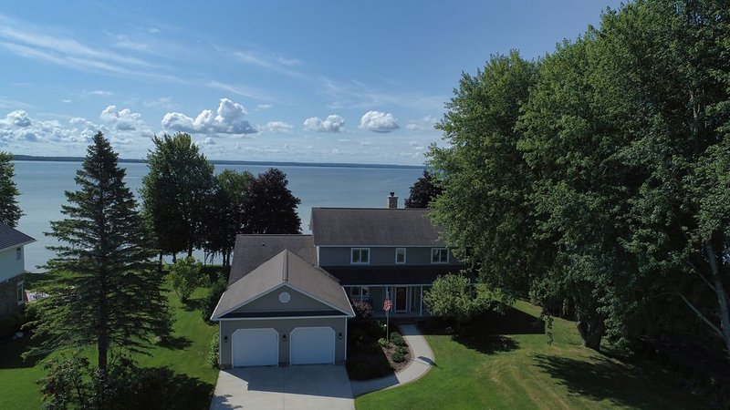 Mullett Lake Vacation Dream - 4 bedrooms/3 baths & stunning lakefront access, holiday rental in Cheboygan County