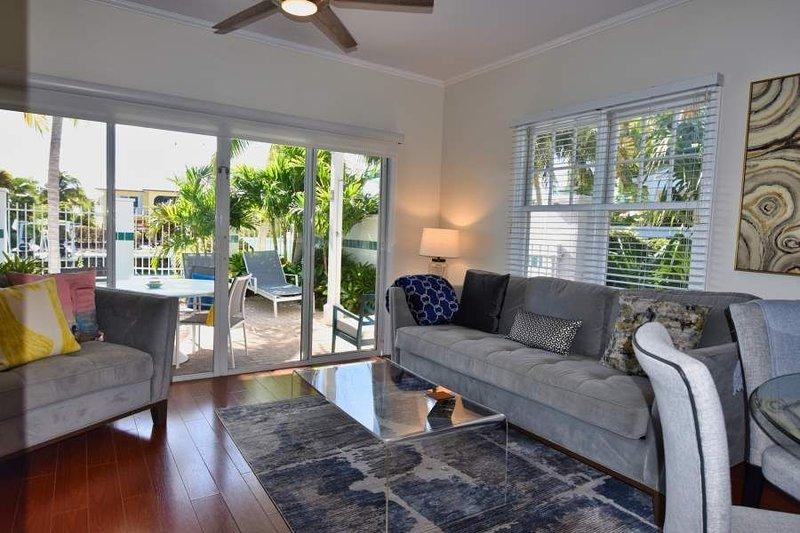 2 Bedroom and 2.5 Bath Village at Hawks Cay Villa 7011 with Private Patio Jacuzz, casa vacanza a Conch Key