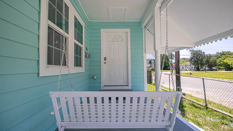Charming Cottage blocks from the Beach & Casinos, holiday rental in D'Iberville