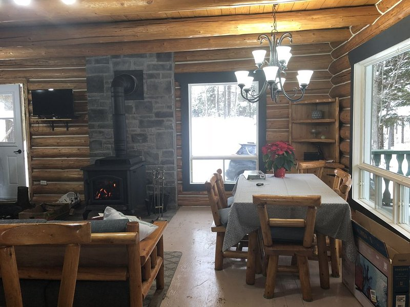 Log chalet at only 75 minutes from Ottaw, alquiler de vacaciones en Lac-Sainte-Marie