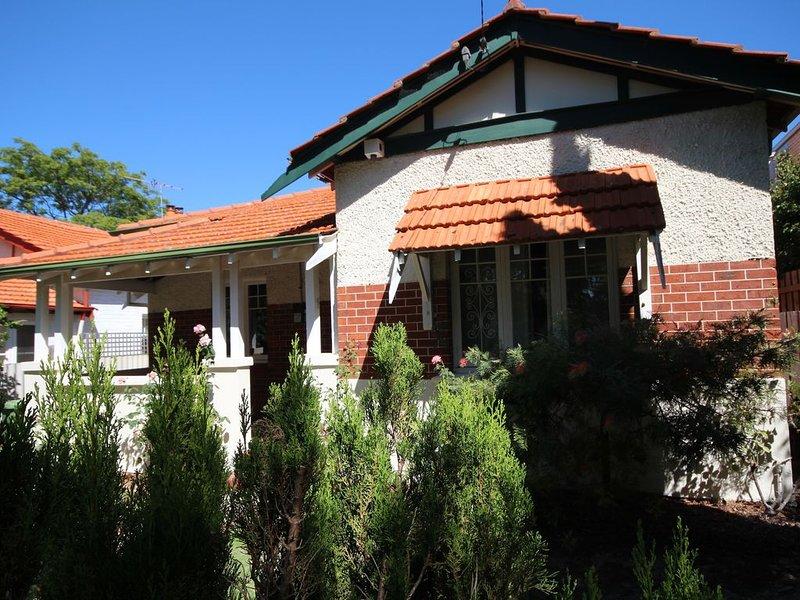 Family house, Nedlands. Walk to University, QE11, KingsPark, River ,Restaurants, holiday rental in Nedlands