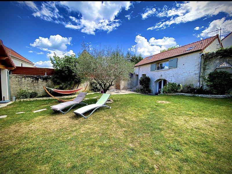 À 40 km de Paris - Maison FAMILIALE au CALME avec jardin, holiday rental in Septeuil