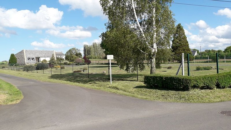 Maison de vacances dans un grand jardin entièrement clôturé de 4000m2 (8 pers), vacation rental in Hillion