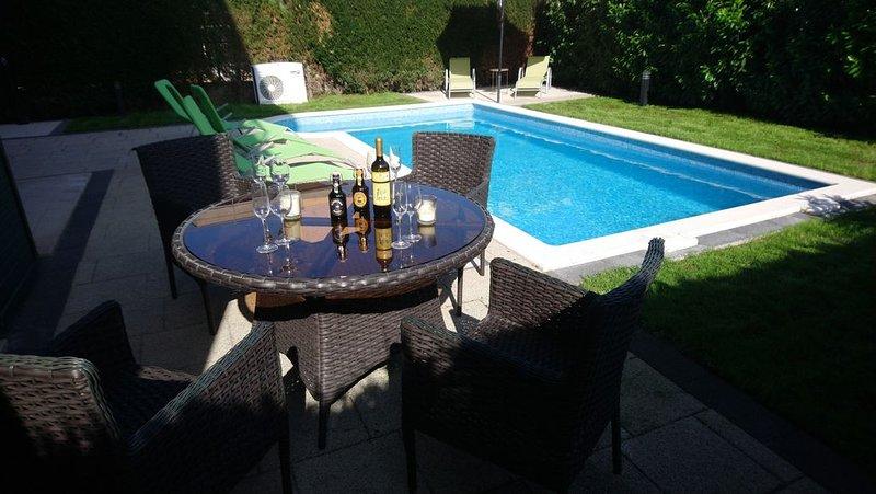 Luxueux appartement duplex avec piscine et jardin privés, vacation rental in Okrug Gornji