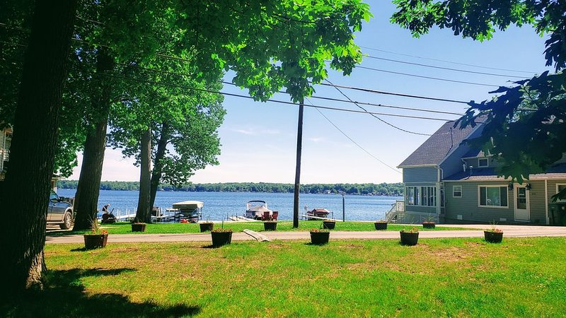 Lake George cottage with large lakefront lawn, holiday rental in Coldwater