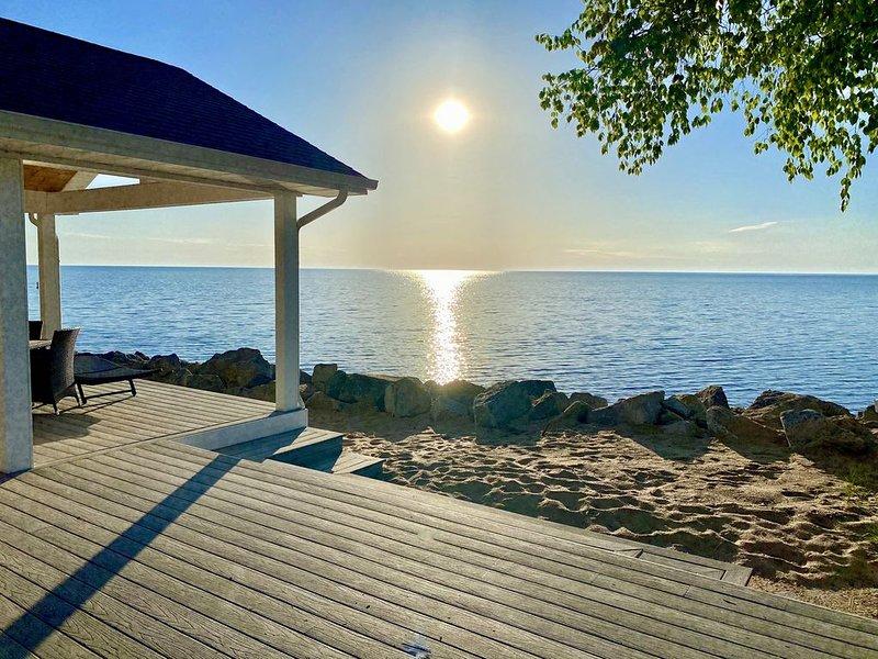 Beautiful Luxury Waterfront Property Directly on Lake Huron Beach, alquiler de vacaciones en Harrisville