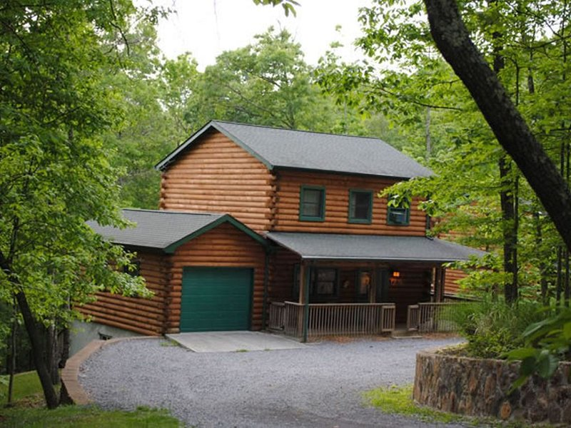 The West Virginian 3 storey log cabin in 10 acre wooded area adjacent to Pipeste, holiday rental in Greenville