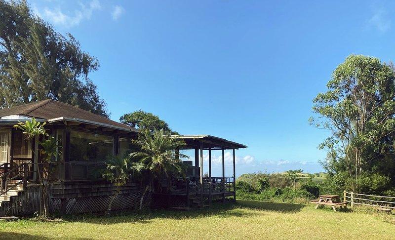 Rustic retreat with panoramic views, tropical gardens, & biodynamic produce!, vakantiewoning in Kapalua