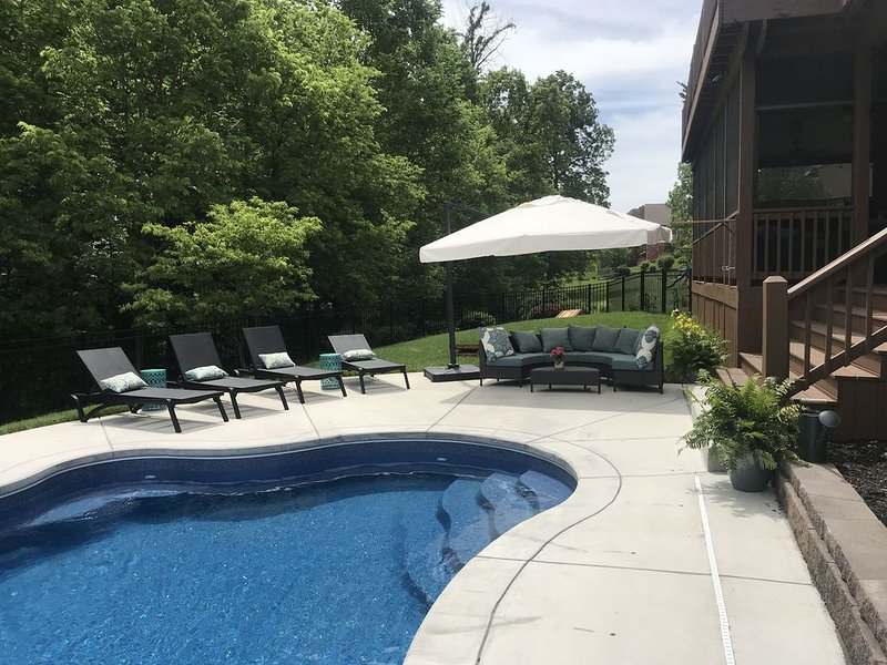 Five bedroom House Rental with pool, holiday rental in Henryville