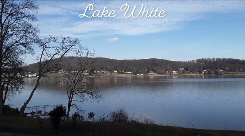 Secluded Lake Front Property with private hot tub!, Ferienwohnung in Chillicothe